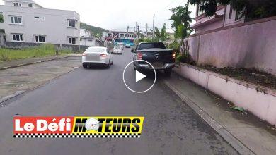 Photo of Un pick-up roule sur le trottoir
