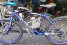 Photo of Un mécanicien mauricien installe un moteur sur une bicyclette
