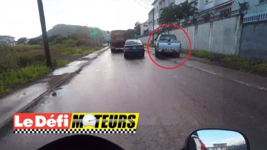 Photo of Maurice : Un pick-up roule sur un trottoir et un enfant conduit une mini moto sur la route