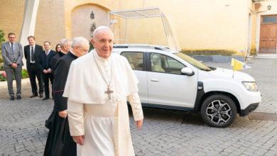 Photo of Le pape reçoit un SUV Duster comme Papamobile