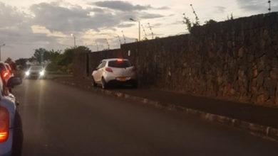 Photo of Ebène : Un automobiliste pressé roule sur le trottoir et à contresens